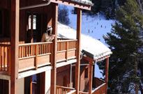 Ski en janvier au pied des pistes, dans une station piétonne